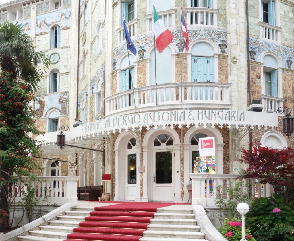 Venezia, non solo parole Hotel Ausonia & Hungaria - Lido di Venezia 19 giugno - 19 settembre 2015 A cura dell'Onlus Amici di Adamitullo, da anni impegnata a sostenere i progetti di scolarizzazione dei Padri Salesiani in Etiopia.